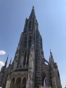 Das Ulmer Münster bei strahlend blauem Himmel