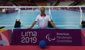 Goalball-Schiedsrichter Alexander Knecht 2019 in Lima vor einem Tor