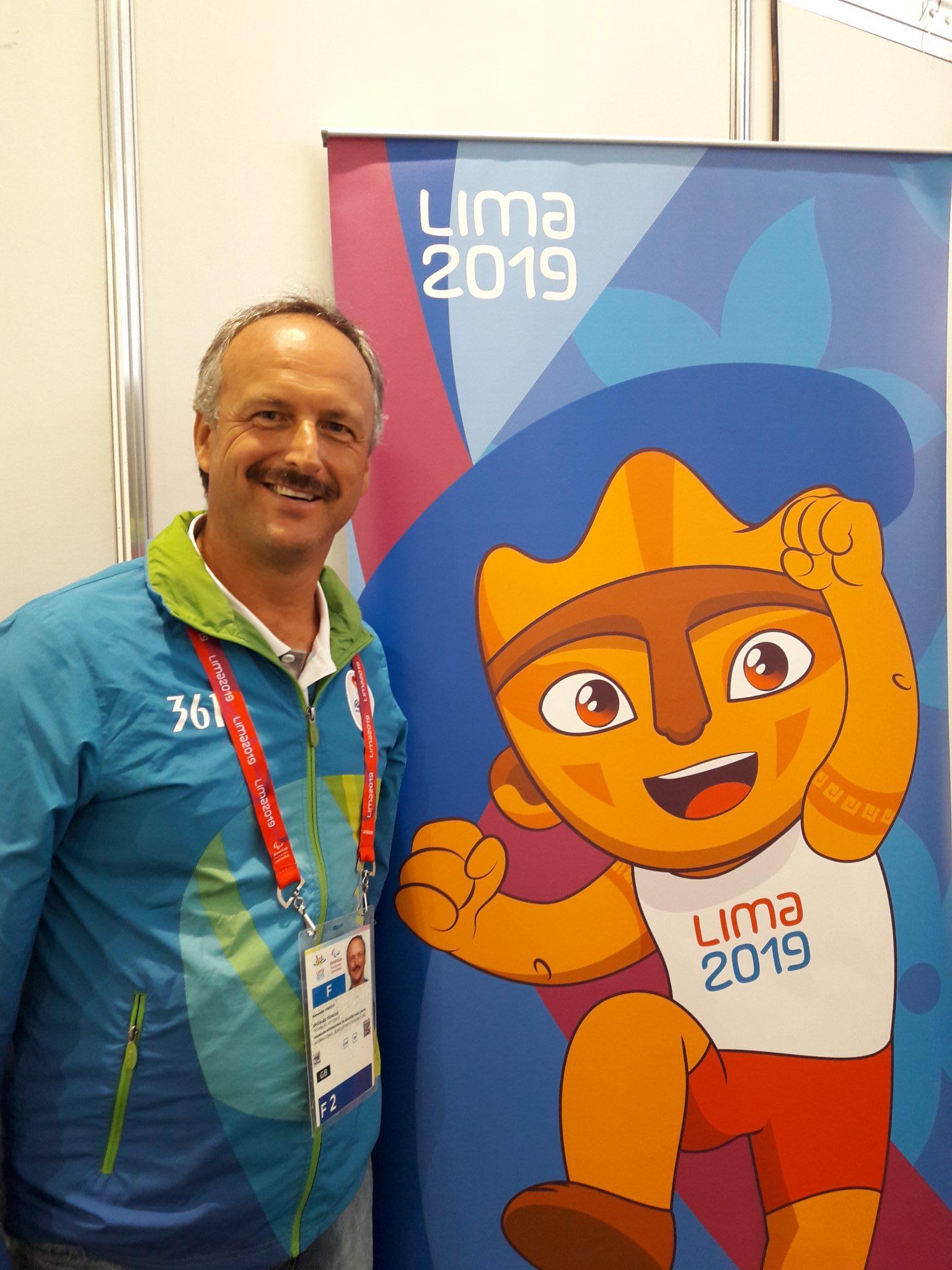 Goalball-Schiedsrichter Alexander Knecht 2019 in Lima mit dem Maskottchen