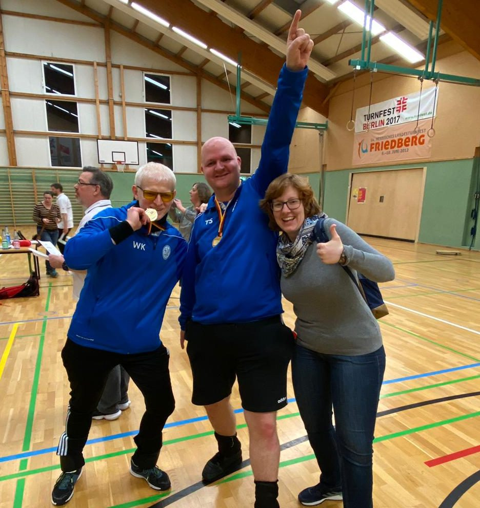 Waldemar, Torsten und Theresa im Freudentaumel. Nach dem Titelgewinn mit Medaillien in Jubelpose